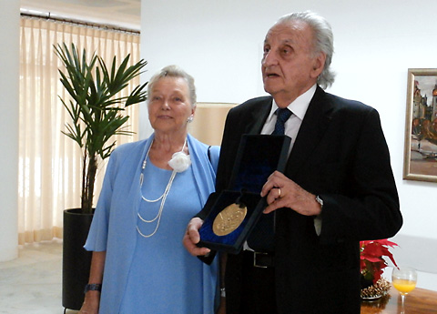 Ursula kaj Giuseppe Grattapaglia kun la medalo